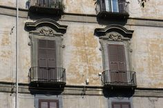 Son ventanas de un edificio de Nápoles, del barrio de Santa Lucia.