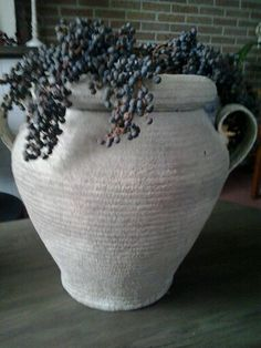Dadeltak op een rieten vaas van de kringloop..... Met allesvuller bewerkt en krijtverf erover.....en zie een prachtige vaas.....het oogt en voelt als stenen kruik....superblij mee....en met een dadeltak is het landelijke plaatje compleet!