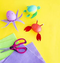 Kids can create their own turtles, crabs, and octopuses— not to mention any type of fish!—with pre-cut felt features, glue dots, paint, and pipe cleaners.