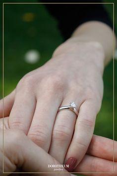 Hier steckt Liebe im Detail! Die liebevollen Feinheiten und Details in Roségold machen diesen besonderen Ring zum zartesten Liebesbeweis, der je in Gold gegossen wurde. Auch perfekt als Verlobungsring geeignet 😉