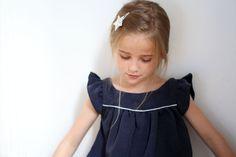 Robe 21 du Everyday Girl Clothes (taille 120) - Lin bleu marine et passepoil argenté