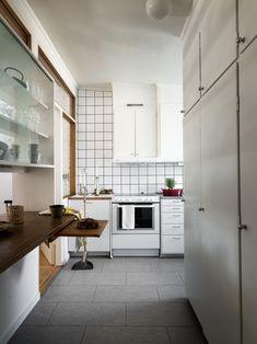 I naturnära och trivsamma Fredhäll hittar vi denna charmiga hörntvåa, med bevarade originaldetaljer i sann funkisanda. Lägenheten är välplanerad och ljus, med dubbla fönster i både sovrum och vardagsrum samt nyrenoverat badrum och toalett. Kitchen Island, Kitchen Cabinets, Revit, Sweet Home, Container, Interiors, Home Decor, Velvet, Kitchen Maid Cabinets