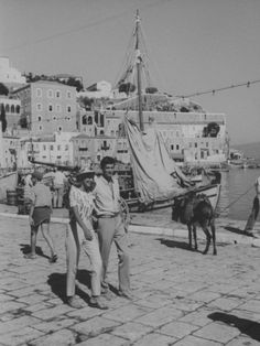"""Melina Mercouri and Tony Perkins in  Hydra during the filming of """"Phaedra"""" (1962)"""