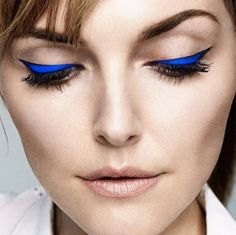 """Esse delineador azul e nada mais! Tão chique e poderoso  This blue eyeliner and nothing else! So chic and powerful! #makeup #maquiagem #blueeyeliner…"""