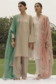 Pakistani Fashion Casual, Pakistani Wedding Outfits, Pakistani Dress Design, Pakistani Dresses, Indian Dresses, Indian Outfits, Indian Fashion, Kurti Designs Party Wear, Kurta Designs