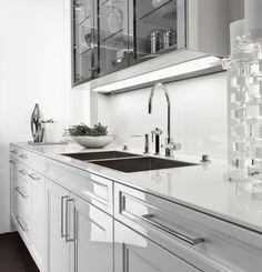 SieMatic Classic BeauxArts S2 Unterschränke In Weiß Und Oberschrankvitrinen  In Glänzender Nickel Ausführung.