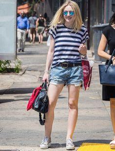 dakota fanning look blusa listrada short jeans