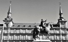Plaza Mayor. Estatua  ecuestre de Felipe III y  como telón de fondo la Casa de la Panadería