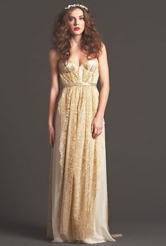 Y este bonito número dorado. | 35 vestidos de novia que a toda novia obsesionada con Disney le encantará