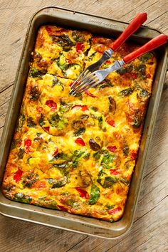 Veggie Supreme Egg Bake This breakfast casserole is a delicious way to add more veggies to your day. Spinach, peppers, potatoes, and mushrooms all make an appearance! Veggie Egg Bake, Vegetable Casserole, Veggie Breakfast Casserole, Vegetarian Breakfast Casserole, Breakfast Egg Bake, Asparagus Casserole, Veggie Food, Breakfast Party, Fall Breakfast