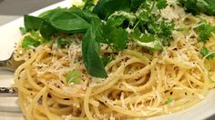 Spagetti med sitron og revet parmesan - Riv godt med basilikum og persille på spagetti med parmesan og sitron. - Foto: Agnete Daae-Qvale Holmemo / NRK