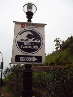 Em caso de Tsunami corra desesperadamente para este lado