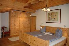 Schlafzimmer Zirbe mit aufwändigen Schnitzereien. Relax, Furniture, Home Decor, Carpentry, Bed, Bedroom, House, Homemade Home Decor, Home Furnishings