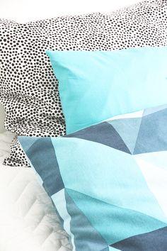 Hunajaista-bloggarin Riikan sisustusta piristävät Koodi Salmiakki -tyynynpäälliset, jotka on tilattavissa vain Hobby Hallista.