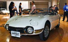 展示されたトヨタ2000GT(ボンドカー)=24日、愛知県長久手市のトヨタ博物館、戸村登撮影