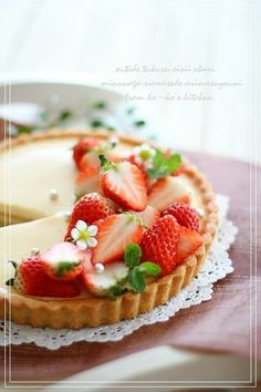 I thickened the custard pudding filling with gelatin instead of baking it. This pudding tart is really easy to make. Custard Recipes, Tart Recipes, Cooking Recipes, Custard Pudding, Köstliche Desserts, Delicious Desserts, Dessert Recipes, Danish Food, Sweet Pastries