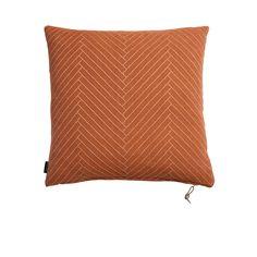Coussin Fluffy Carré - Orange - En coton, rempli de plumes et de duvet, ce coussin design affirme un confort aussi tactile que visuel ! Doté d'un all-over subtilement graphique, il instaure sur votre canapé, votre lit ou votre fauteuil un esprit tendance et contemporain qui vient dynamiser votre décoration à travers un coloris inédit !