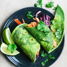 Spinach wraps w/ hummus. Beat the winter blues with these vibrant spinach wraps! They are filled with zesty lime-avocado hummus fresh veggies and lots of cilantro. Healthy Recepies, Healthy Menu, Vegan Recipes, Healthy Eating, Delicious Recipes, Yummy Food, Avocado Hummus, Chickpea Hummus, Sandwiches