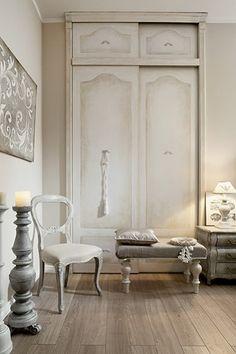 Szafa w sypialni wygląda na starą ale ma nowoczesne przesuwane drzwi. Wymyślił ja tata gospodyni, a pomalował znajomy artysta.