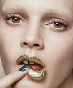 If you're lost on where to find the best metallic makeup, don't fret. Read on to see some of our favorite metallic makeup trends for your face, eyes and lips. Metallic Makeup, Gold Makeup, Makeup Art, Glitter Makeup, Glitter Nails, Gold Glitter, Beauty Make-up, Beauty Shoot, Beauty Hacks