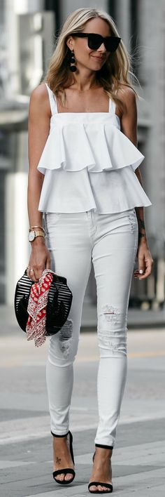 A head to toe white ensemble is perfect for the summer months. And a white ruffle tank looks effortless paired with white skinny jeans. Jeans Skinny Branco, Looks Com Jeans Skinny, White Ripped Skinny Jeans, White Denim, All Fashion, White Fashion, Fashion Outfits, Womens Fashion, Fashion Trends