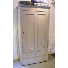 Allmoge Kledingkast  Bijzonder mooie Allmoge kledingkast uit 1880 van pijnboomhout. Gaaf en inclusief sleutel. Aan de binnenkant originele Zweedse kapstokjes.