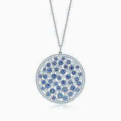 Pendente a medaglione Tiffany Cobblestone in platino con zaffiri e diamanti.
