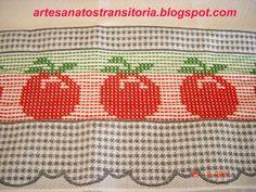 tomates e cesta de maçãs no ponto oitinho