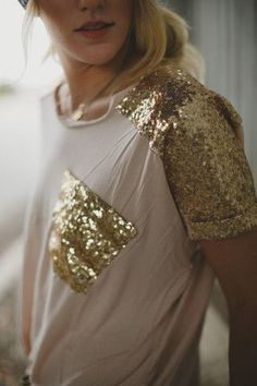 White or pale pink and gold sequin t shirt need now, love the fact how its not another full sequinned top, this one is toned down to just the sleeves and pocket makes it much nicer xx Passion For Fashion, Love Fashion, Fashion Outfits, Womens Fashion, Woman Outfits, Emo Fashion, Bohemian Tops, Sequin Shirt, Mode Inspiration
