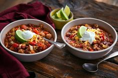 You might not think of chili as an easy weeknight dish, but this turkey version from Pierre Franey will change your mind It's fabulous, it's healthy and it can be ready in about a half hour A combination of dark and white meat really adds depth and richness of flavor, so try to find a mix, but all white meat (or a mixture of ground beef and turkey) will yield a stellar batch too. Soup Recipes, Mince Recipes, Chili Recipes, Turkey Recipes, Easy Recipes, Soups And Stews, Ground Turkey Chili, Ground Beef, Turkey Chilli