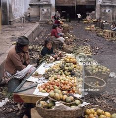 News Photo : Colombia Sale of fruit and vegetables on a market…@1978