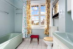 (12) Attraktivt 3-roms oppussingsobjekt med vakker utsikt mot Damplassen. Ca. 35 m2 utb.potensiale. Egen hage. | FINN.no Clawfoot Bathtub, Alcove, Bathroom, Design, Rome, Washroom, Bathrooms, Bath
