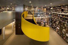 Livraria da Vila by Isay Weinfeld, Shopping Cidade Jardim, São Paulo, Brazil . María Colomer