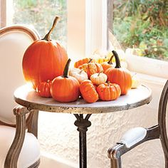 Southern Living shows another Contemporarily-Styled arrangement for architectural interiors. Verrrrry good looking for those who love  seasonal designing...