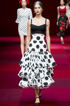 Look 76 from Dolce & Gabbana Spring/Summer 2015 - A bold, black and white, polda-dotted skirt inspired by the traje de lunares warn by flamenco dancers. Dots Fashion, Fashion Mode, Runway Fashion, Fashion Show, Fashion Design, Fashion Trends, Milan Fashion, High Fashion, Fashion 2015