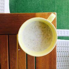 Öğlene yemeğimiz soğuk çorba. 1 su bardağı pilavlık bulguru az tuz ilavesi ile suyunu çektirip hatta biraz da sulu bırakıp haşlıyorum. Altını kapatınca içine incecik dereotu doğruyorum. Soğuyunca buzdolabına kaldırıyorum. Sonra 3-4 yemek kaşığı kadar bulguru yoğurt soğuk …