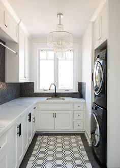 White Laundry Room - Design photos, ideas and inspiration. Amazing gallery of interior design and decorating ideas of White Laundry Room in laundry/mudrooms by elite interior designers - Page 1 White Laundry Rooms, Pantry Laundry Room, Mudroom Laundry Room, Laundry Room Layouts, Laundry Room Remodel, Small Laundry, Laundry Room Countertop, Laundry Decor, Panneau Mural 3d