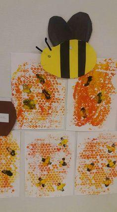 Alle 3v ryhmän mehiläisiä hunajakennossa. Kuplamuovilla kennot, perunalla ampparit. (Varhaiskasvattajan materiaalipankki, Leena Annala) Preschool, Crafts, Bees, Craft, Manualidades, Kid Garden, Kindergarten, Handmade Crafts, Arts And Crafts