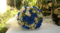 Azul royal com flores do campo na cor péssego