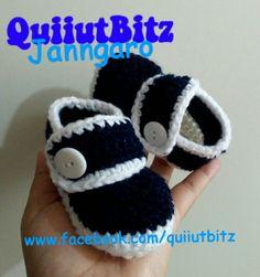Mocasines para bebé tejidos en crochet en color azul marino y blanco. www.facebook.com/quiiutbitz