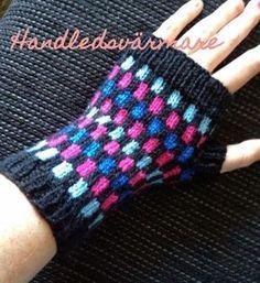 ... eller vad man nu kallar dem! Jag blev inspirerad av en kompis som hade gjort ett jättefint par. Denna gång skrev jag faktiskt upp möns... Wrist Warmers, Hand Warmers, Bra Hacks, Gudrun, Knitted Animals, Fingerless Mittens, Baby Knitting Patterns, Mitten Gloves, Easy Crochet