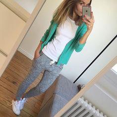 Sunday☀️ #ootd #outfit #lookoftheday #sundaylook #whatimwearingtoday #metoday #mylook #comfy tee-shirt#petitbateau gilet#zadigetvoltaire jogging#bershka #stansmith #adidas