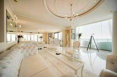 weißes wohnzimmer decke dekoration kronleuchter rechteck tisch sofa
