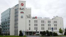 Sokos Hotel Lakeus on viihtyisä hotelli Seinäjoen keskustassa vain 300 metriä rautatieasemalta. Hotellissa on ruokaravintola, pub sekä 3 saunaa kabinetteineen, joista yhdessä on näköalasauna 8. kerroksessa. Erikokoiset kokoustilat mahdollistavat sujuvan kokouksen jopa 150 hengelle. Hotellissa onnistuvat myös erilaiset juhlatilaisuudet jopa 300 henkilölle. Hotellissa on 64 huonetta, joissa on oma sauna. Huoneissa on veloituksetta käytettävissä sekä langallinen että langaton laajakaistayhteys.