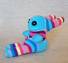 Muñeco con medias | Chica outlet Diy Stuffed Animals, Dinosaur Stuffed Animal, Sock Bunny, Sock Puppets, Sock Crafts, Diy Bebe, Sock Toys, Fabric Toys, Sock Animals