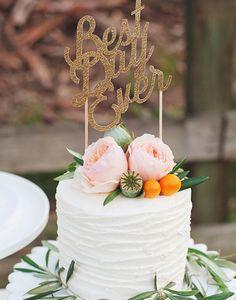 Um bolo de casamento pequeno, clean, simples e apaixonante. A textura deu graça à simplicidade. As flores deram cor ao branco e o cake topper trouxe personalidade ao conjunto.