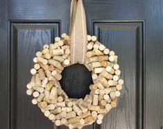 Livraison gratuite Petite 10 Choisissez vos raisins | Etsy Wine Corker, Wine Cork Wreath, Recycled Wine Corks, Straw Wreath, Different Wines, Wine Sale, Cork Crafts, Diy Crafts, Patriotic Decorations
