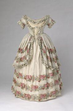 Queen Victoria 's dress