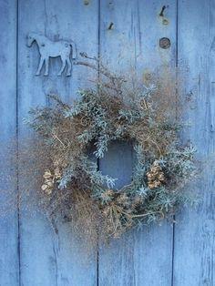 Rustic blue welcome: door and wreath (via lovelittledreamerthings-deactiv)