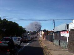 Bombeiros lutam para debelar fogo que destrói loja Paulistão em Campo Grande